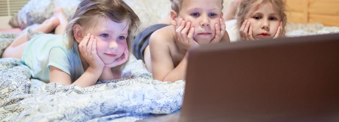 Krankes Kind während Krankheit beschäftigen