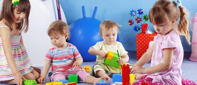 Krabbelgruppe-trifft sich-kinder-spielen-mit-bauklötzen