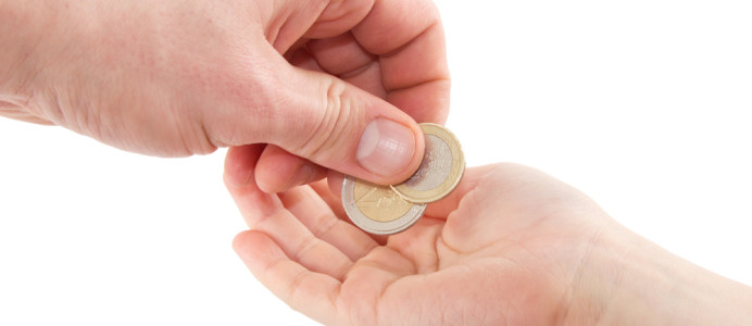 Taschengeld-wird-kind-in-die-hand-gegeben