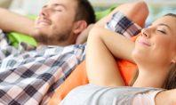 Kindererziehung wird durch 10 Tipps einfacher, Eltern können in einem Sitzsack entspannen