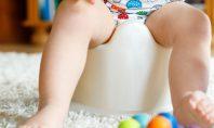 töpfchentraining-kind-sitzt-auf-dem-töpfchen-und-spielt