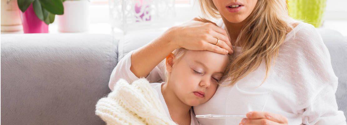 meningitis-kind-liegt-auf-mutter-beim-fiebermessen
